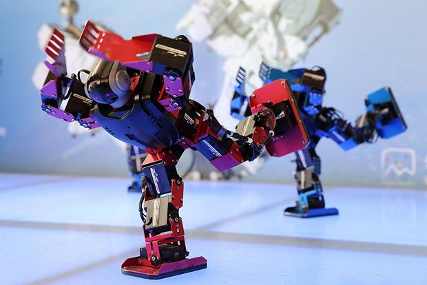 천문대 로비에서 로봇춤 시연