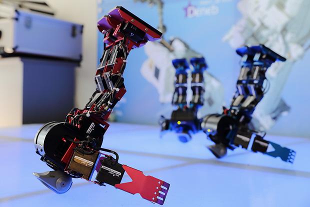 천문대 로비에서 로봇춤 공연하는 모습
