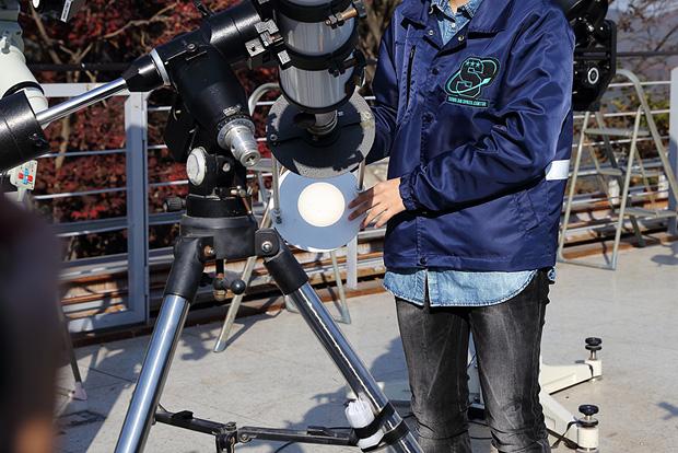 야외 관측소 태양 관찰하는 중