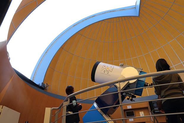 주 망원경이 있는 뉴턴관