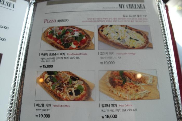 Pizza 화덕피자|-루꼴라 프로슈또 피자|루꼴라, 프로슈또햄, 썬드라이 토마토, 버팔로 치즈, 그라나 파다노 치즈|19,000원|-포마지 피자|쉐프가 선택한 4가지 치즈|19,000원|-해산물 피자|신선한 해물 피자|19,000원|-깔조네 피자|닭고기와 버섯, 크림의 반달 모양의 피자|19,000원