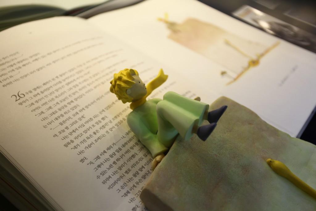 어린왕자 모형과 책자