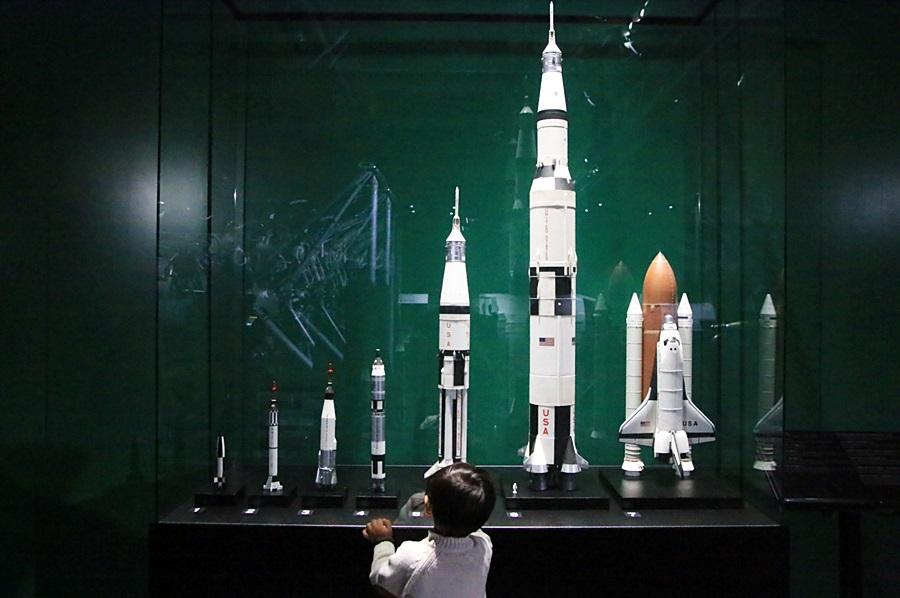 로켓들과 바라보는 아이