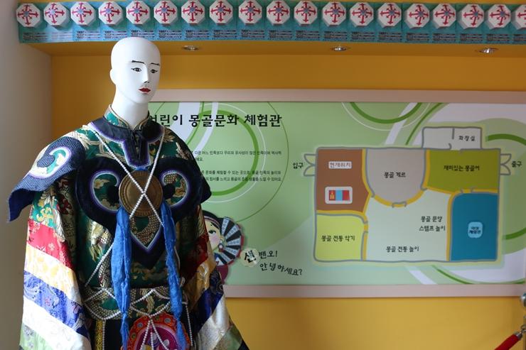 몽골 의상을 입은 마네킹