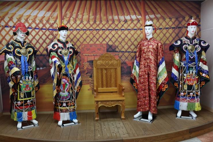 전통옷을 입은 마네킹들
