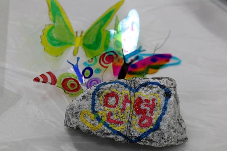 나비와 그림을 그린 돌