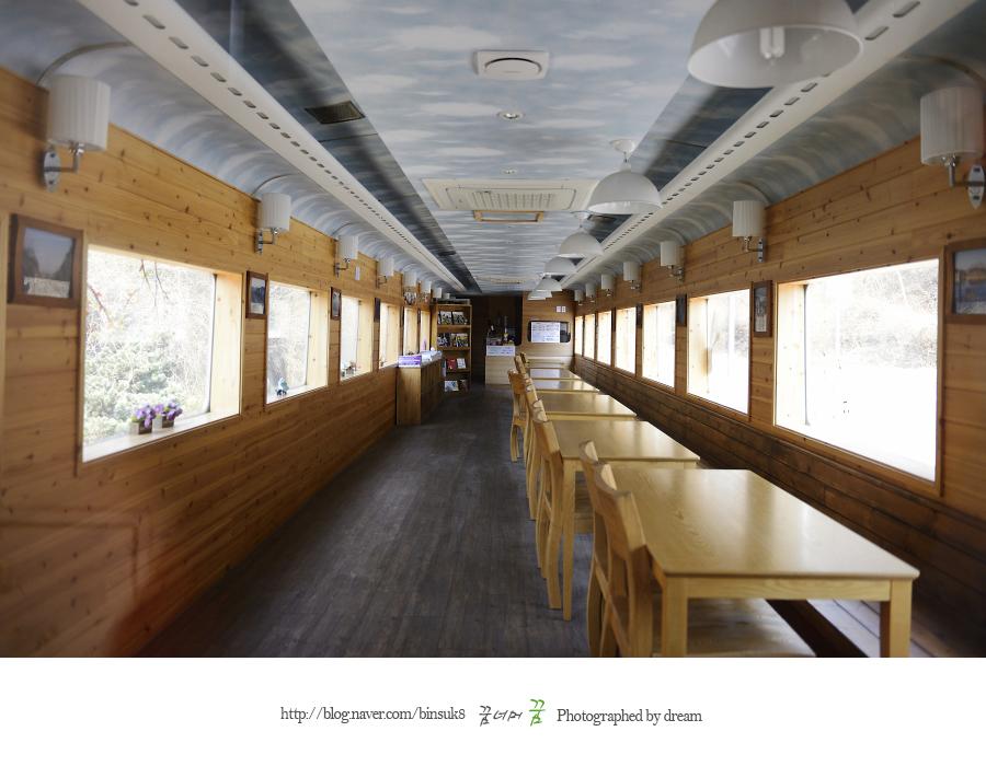 열차 카페 내부