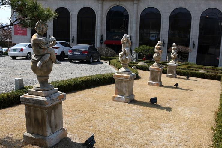 건물 앞 동상들
