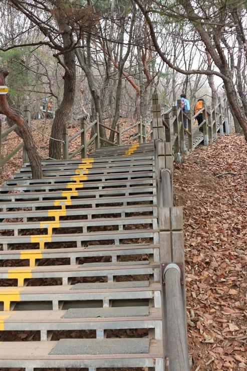계단으로 이루어진 등산로