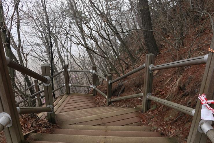 가파른 계단 등산로