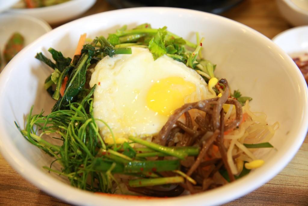 나물류와 계란후라이를 얹은 비빔밥