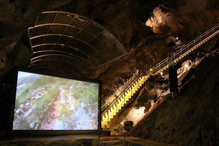 동굴속 영상 전시관