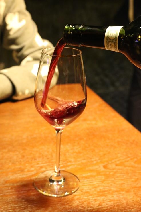 와인을 따르는 모습