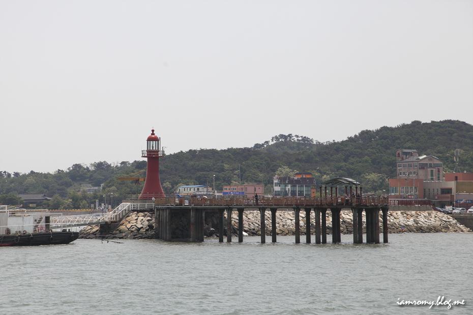 빨간색 등대가 있는 항구