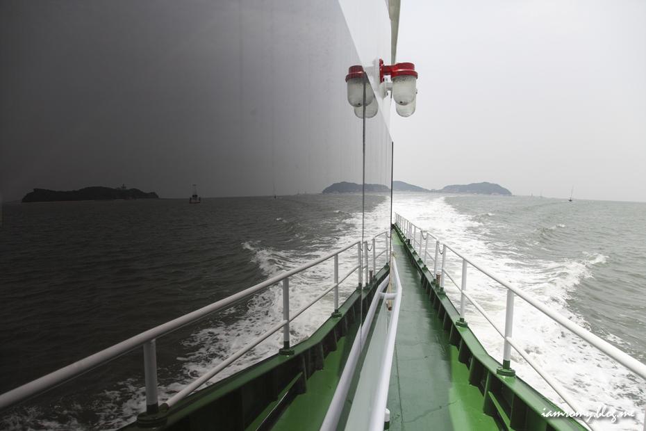 배의 측면에서 바라본 바다