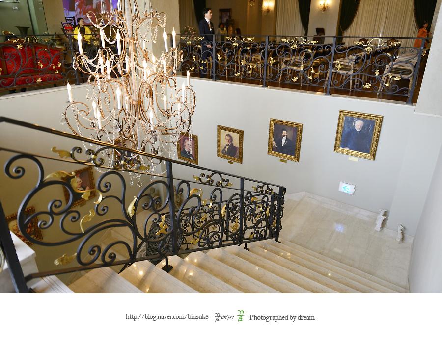 계단에서 찍은 내부 사진