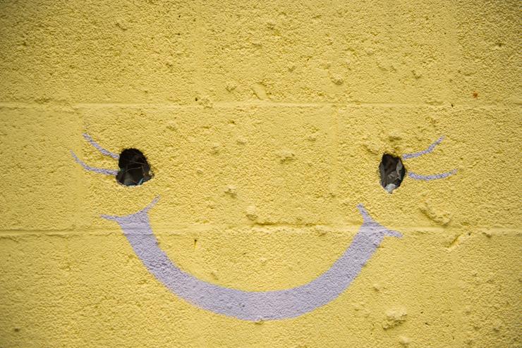 웃는 얼굴이 그려진 벽화