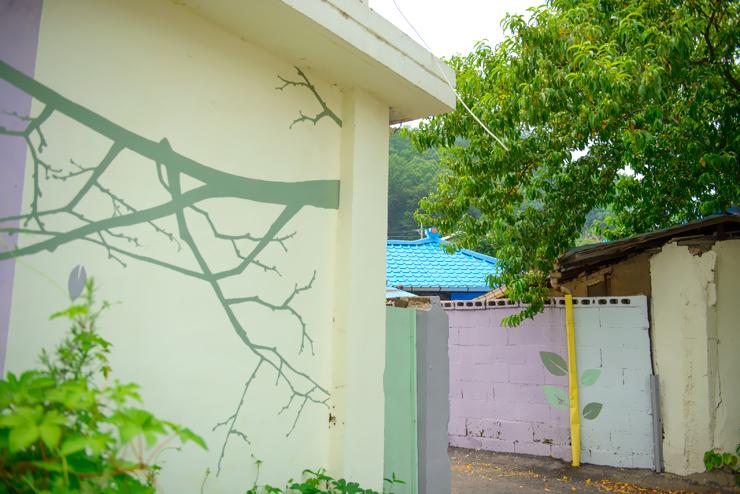 나무가 그려진 벽