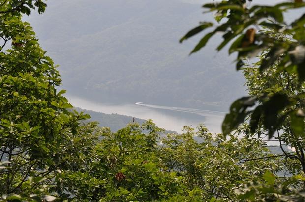 산에서 바라본 호수