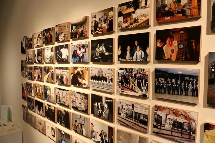 벽에 빼곡한 백남준 관련 사진들