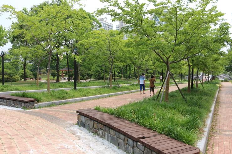 공원에서 산책하는 사람들