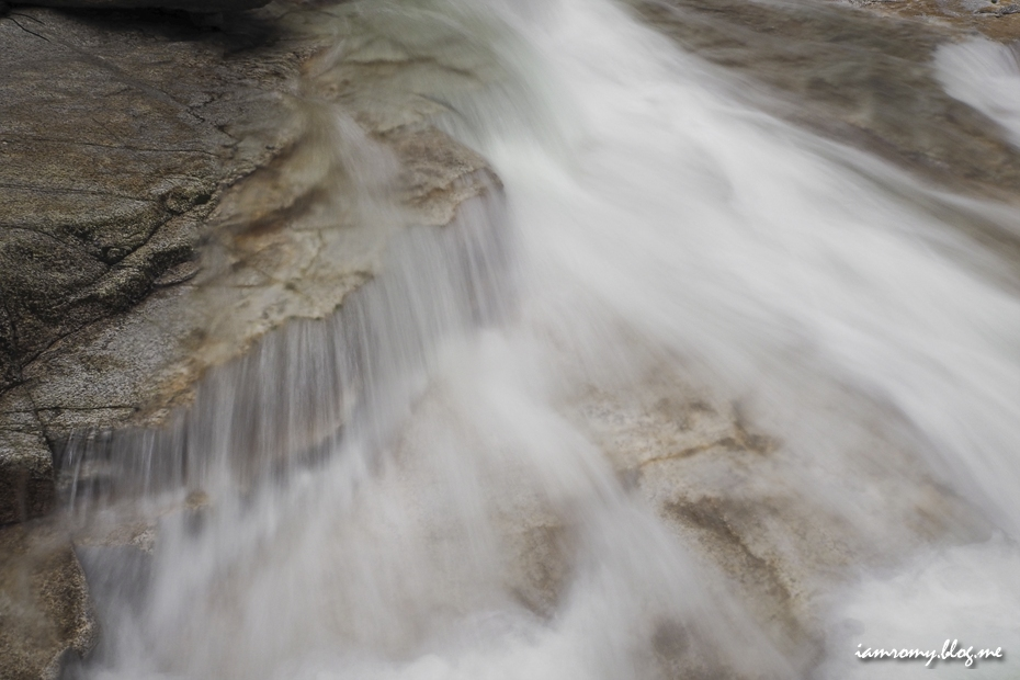 물이 세차게 흐르는 계곡