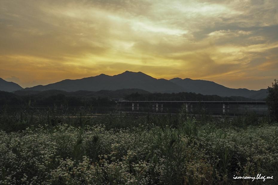 해질녘의 들판과 산