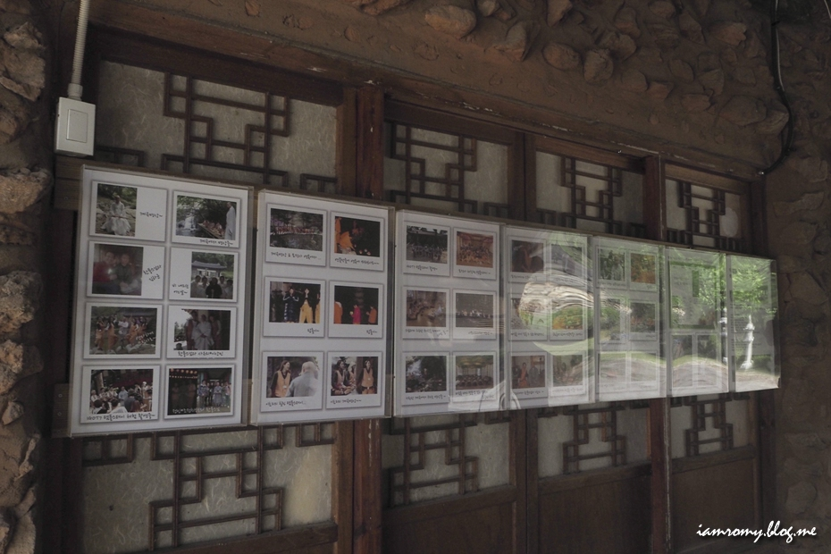 묘적사 벽 한켠에 붙은 사진들