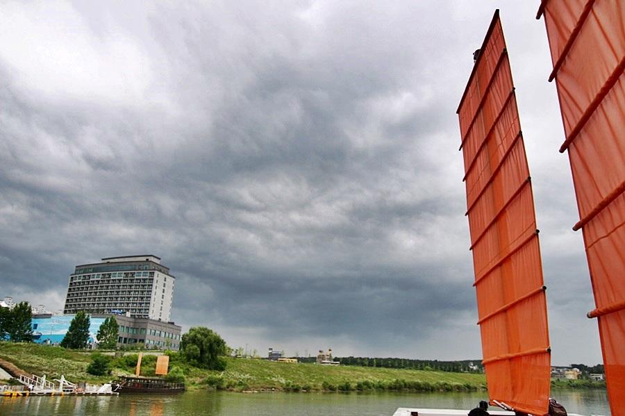 2층에서 바라본 강 풍경