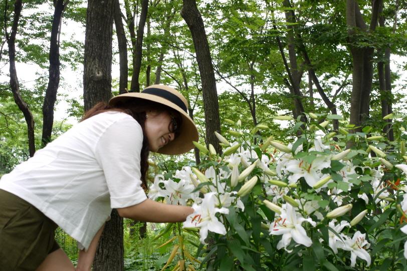 백합꽃을 보는 딸