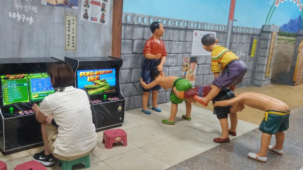아이들 모형과 고전 오락을 하는 관람객