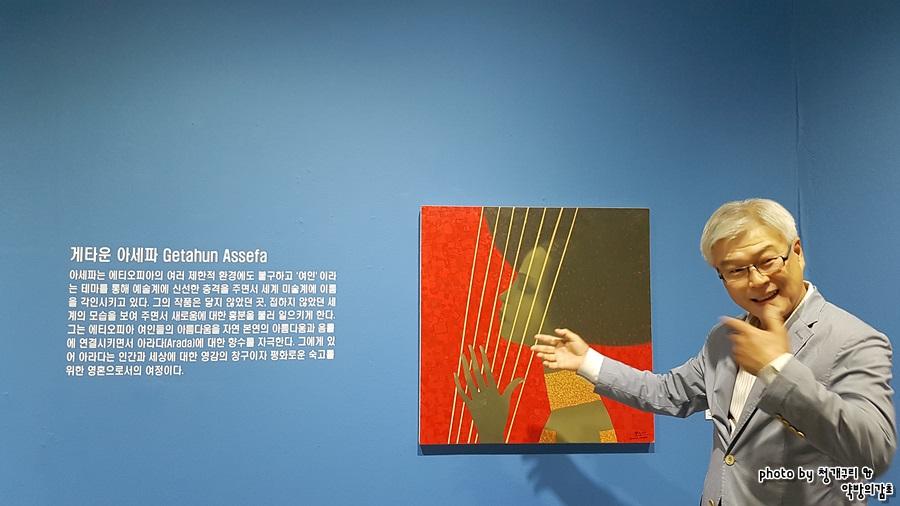 그림을 설명하는 미술관장