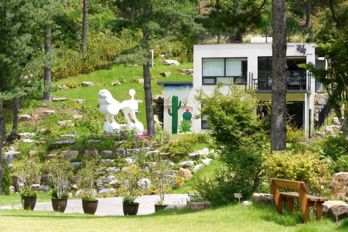 미술 전시와 하우스 웨딩 등이 열리는 갤러리 락 건물