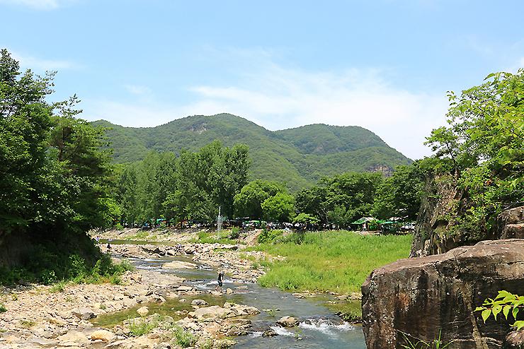 가운데 물이 흐르는 계곡