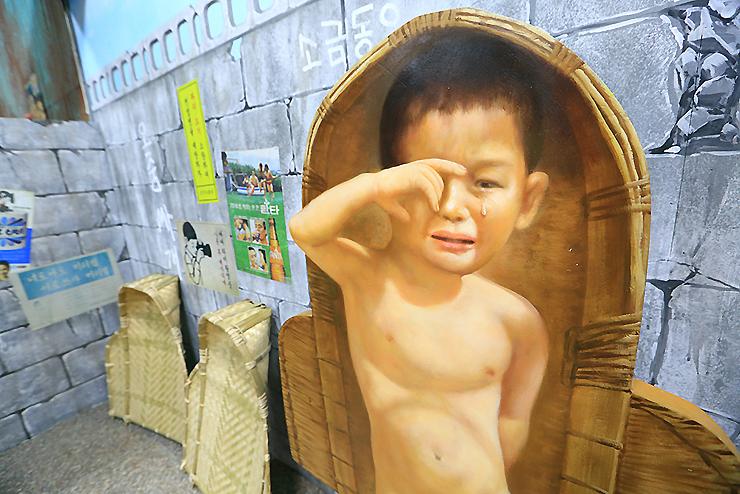 어린 아이가 그려진 벽화