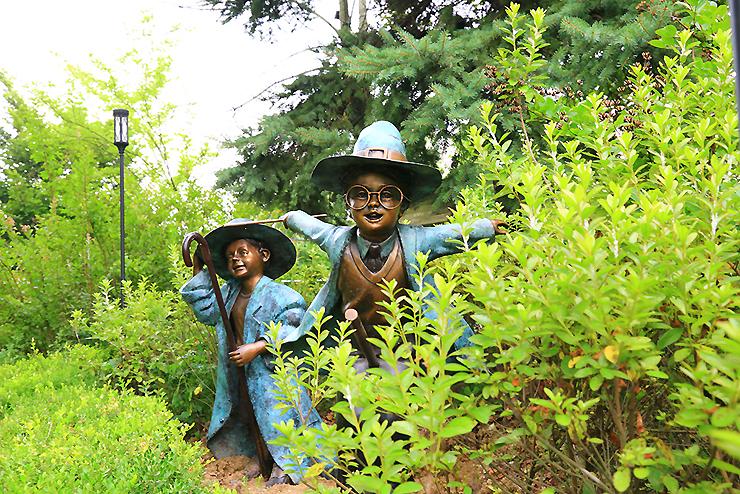 마법사 복장의 소년들 동상