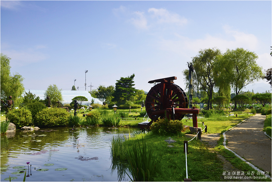 물레방아가 보이는 연못