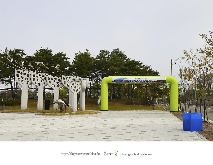 두루미 조형물이 보이는 광장
