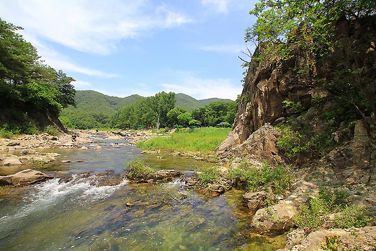 물이 흐르는 계곡의 모습