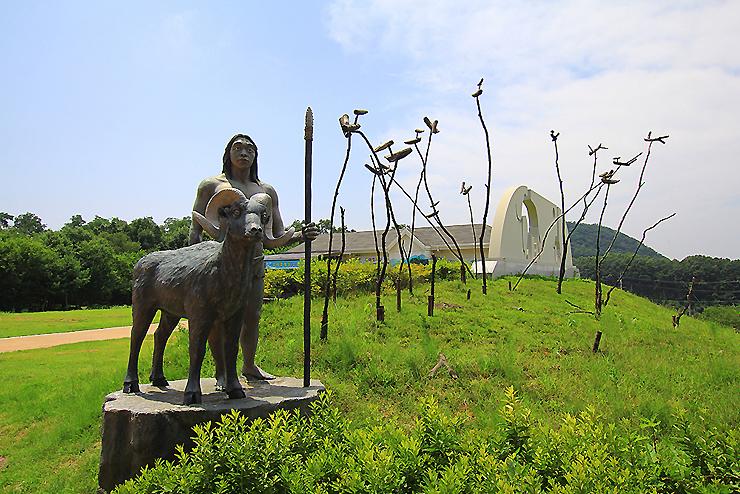 양을 몰고있는 선사시대인 동상