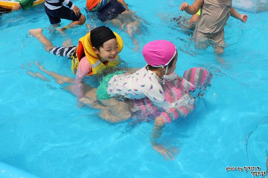 수영장에서 노는 아이들