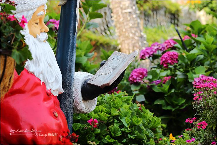 야외 정원의 산타 조형물