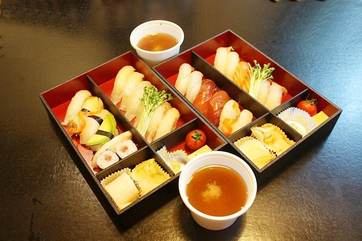 생선초밥 도시락과 특초밥 도시락, 미소 된장국