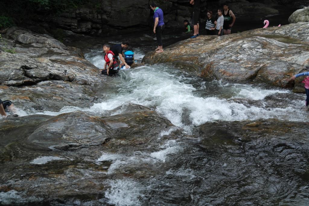 물놀이를 즐기는 가족들