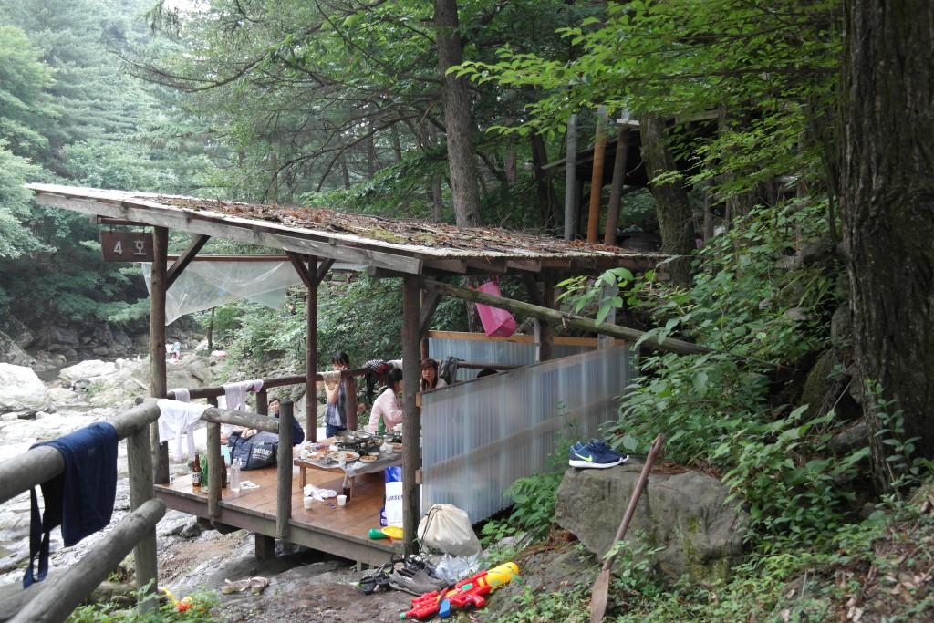 오두막에서 식사를 하는 사람들