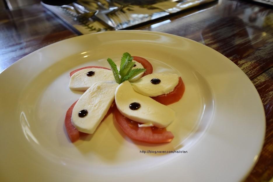치즈를 올린 토마토