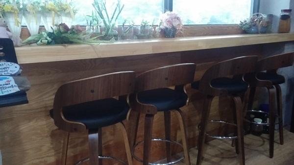 가지런히 놓여있는 의자들