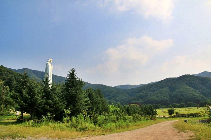 마리아상이 보이는 성모경당 풍경