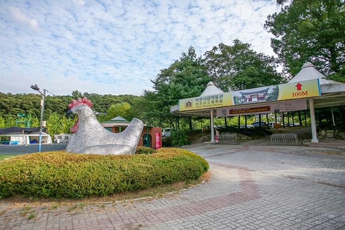 닭 조각상이 보이는 이천시립박물관 입구