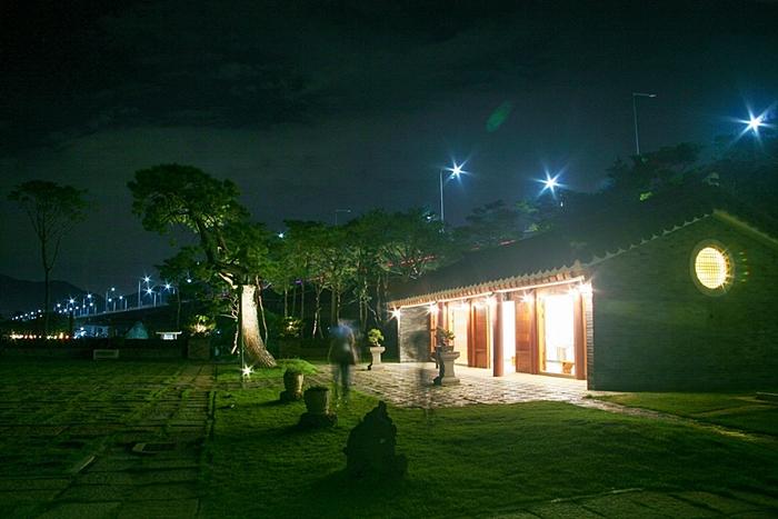 밝게 빛나는 세한정 건물